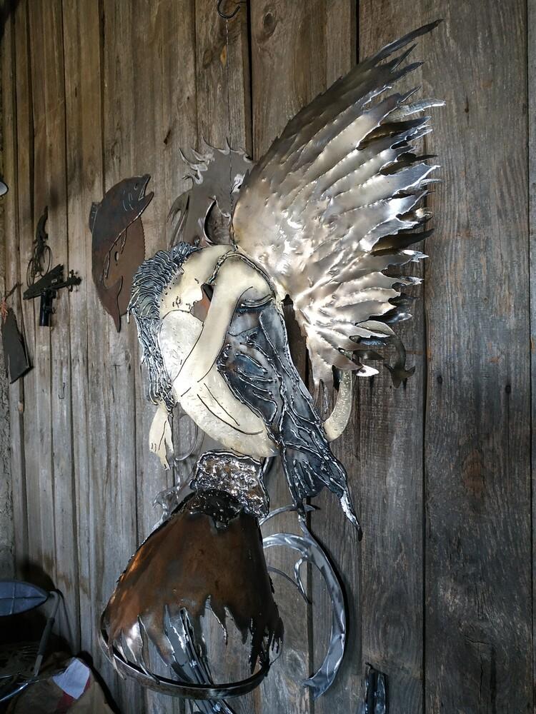 Sculpture de la vouivre endormie en décoration aux gîtes de l'orée du bois à Boussières